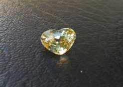 Ceylon Natural Yellow Sapphire Weight : 4Cts Color : Yellow  Treatment: No heating Transparent: Good transparency Shape : Shape of the heart Clarity : VVS  Gemstones Directly from the Source 黃色的藍寶石 重量 : 4Cts 颜色 : 黄色 治疗 :不加热 透明 : 好透明 形状 : 心的形状 清晰度 : VVS 寶石直接來自矿